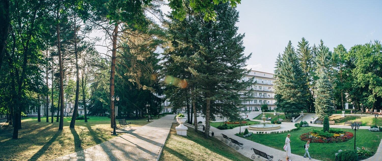Санаторий в парковой зоне